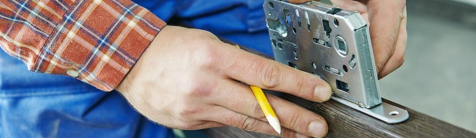 slotenmaker monteert slot